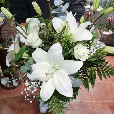 Ramo Lillium y Rosas blancas